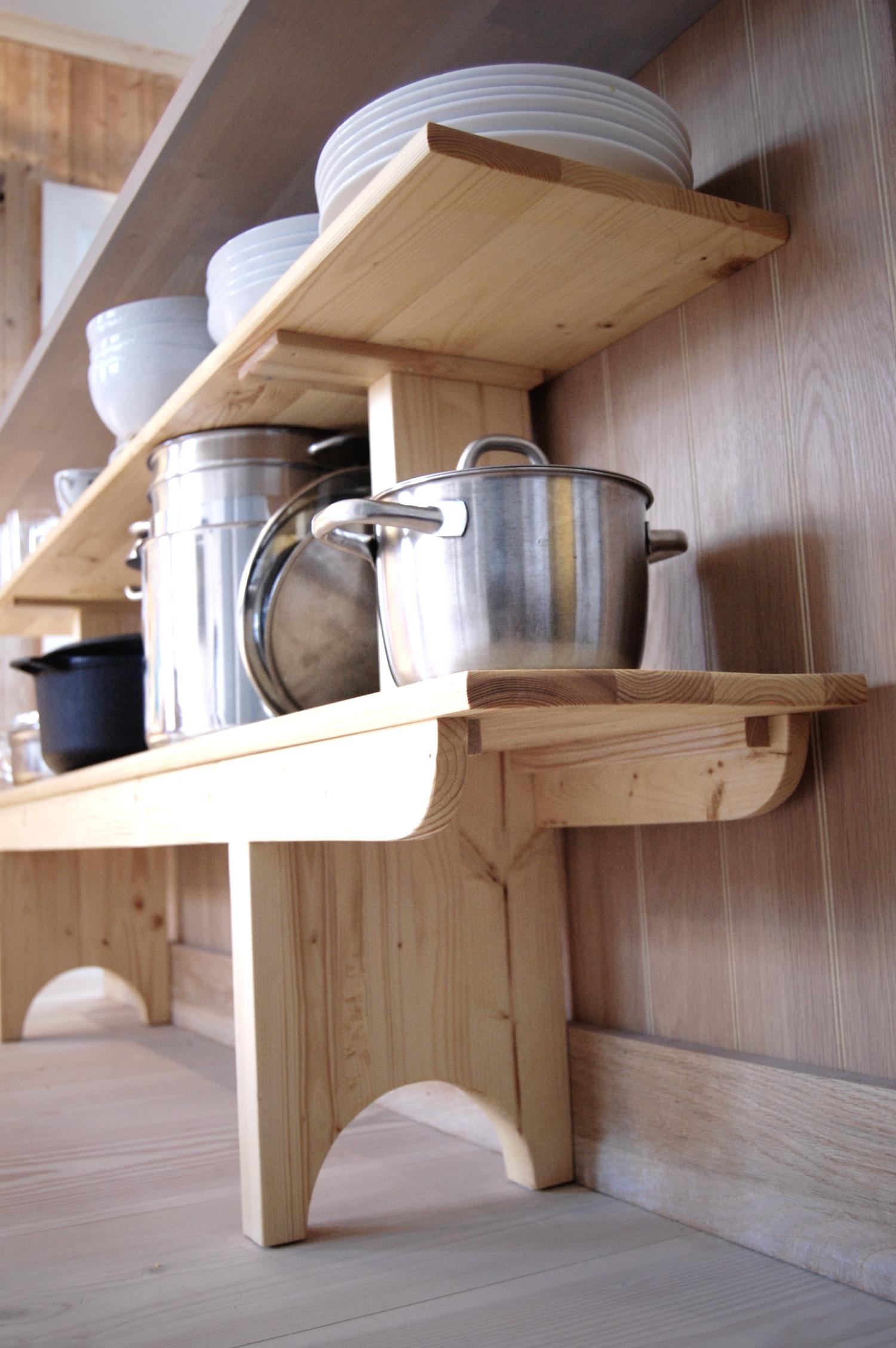 """Møbelsnekker Ilan Egoz` kjøkkenhylle til Villa Dammen. Alle materialene er kuttet fra vanlig 2"""" x 4"""""""