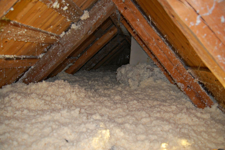Treullfiberen ligger som et lag snø på loftet.