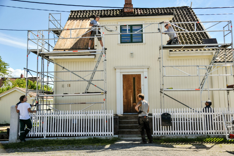 Håndverkerne fra Mossiana bidro med kunnskap om gamle hus og en innsats vi satte stor pris på! Fotograf: Ingeborg Øien Thorsland